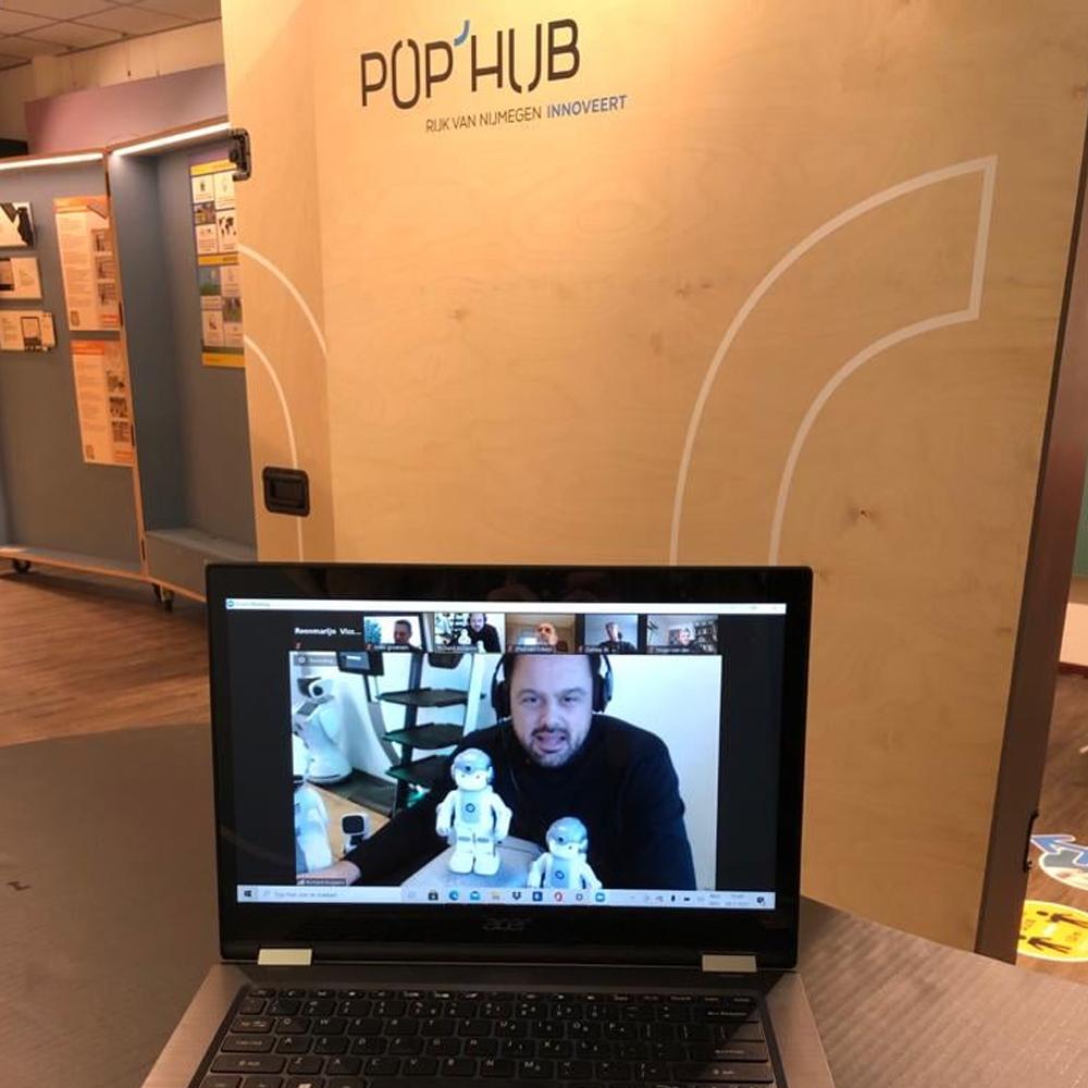 Kan een afbeelding zijn van 2 mensen, scherm en binnen